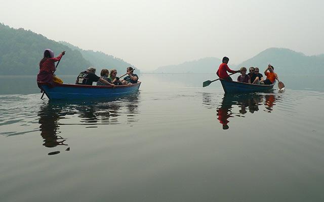 Barques sur un lac lors d'un voyage au Népal à moto avec Planet Ride