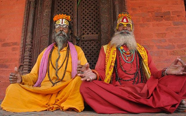 Vieillards en habits traditionnels lors d'un voyage au Népal à moto avec Planet Ride