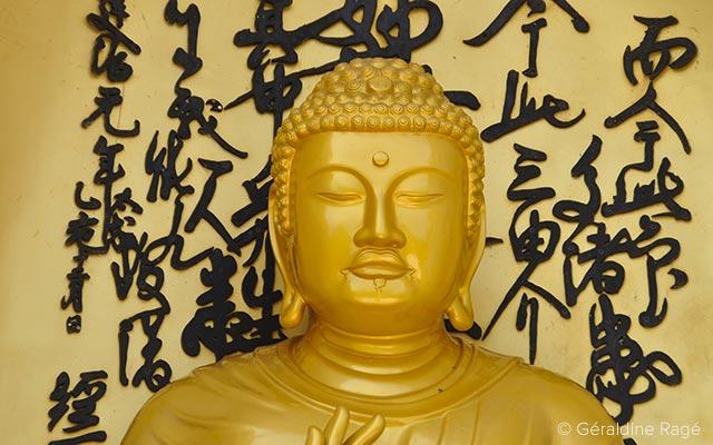 Statue de Bouddha à Pokhara lors d'un voyage au Népal à moto avec Planet Ride