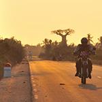 Sur l'asphalte, lors de votre voyage à Madagascar à moto avec Planet Ride et Jean