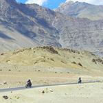 En Royal Enfield sur une route du Ladakh dans l'Himalaya, lors de votre voyage en Inde à moto avec Planet Ride