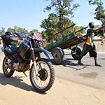 Au bord de la route, lors de votre voyage à Madagascar à moto avec Planet Ride et Jean