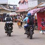 En ville, lors de votre voyage à Madagascar à moto avec Planet Ride et Jean