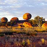 camping car en australie a Devil Marbles
