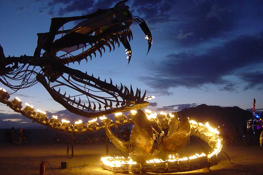 Sculpture de serpent en flamme au Burning Man Festival