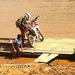 Traversée en barque, lors de votre voyage au Laos à moto avec Planet Ride et Charly