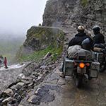 En Royal Enfield sur le Col Rothang La dans l'Himalaya, lors de votre voyage en Inde à moto avec Planet Ride