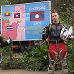 À la frontière, lors de votre voyage au Laos à moto avec Planet Ride et Charly