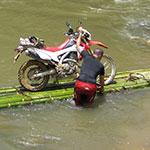 Traversée de rivière, lors de votre voyage au Laos à moto avec Planet Ride et Charly