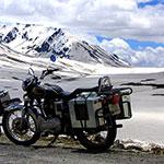 En Royal Enfield sur les routes de l'himalaya, lors de votre voyage en Inde à moto avec Planet Ride