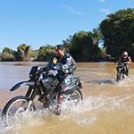 Traversée à guet, lors de votre voyage à Madagascar à moto avec Planet Ride et Jean