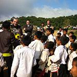 Avec les enfants d'un village, lors de votre voyage au Laos à moto avec Planet Ride et Charly