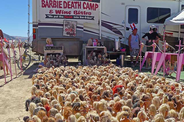 Le Barbie Death Camp au Burning Man Festival