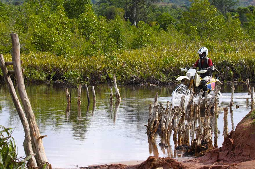 Ride sur un cours d'eau avec Jean et Planet Ride, en voyage à Madagascar à moto