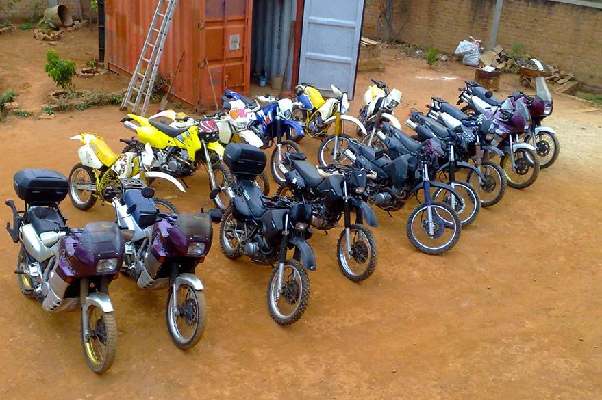 Les motos de Jean à Madagascar :  les Honda, Suzuki et Yamaha de votre voyage moto avec Planet Ride