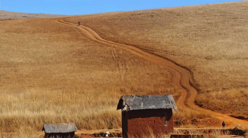 Sur une piste du sud de Madagascar, en raid moto avec Jean et Planet Ride