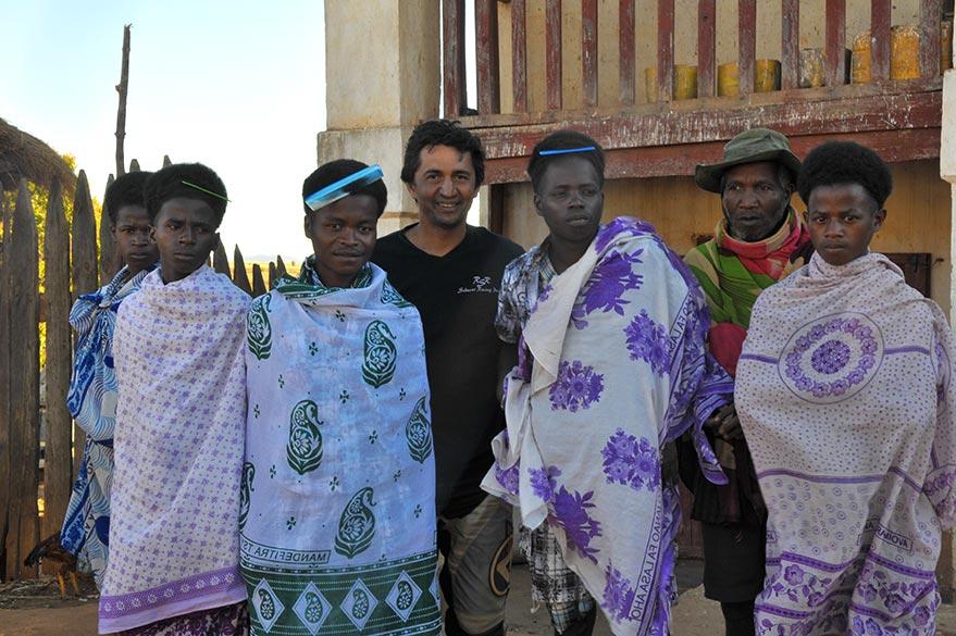 Rencontre entre Jean et les habitants d'un village malgache,  lors de votre voyage moto à Madagascar avec Planet Ride