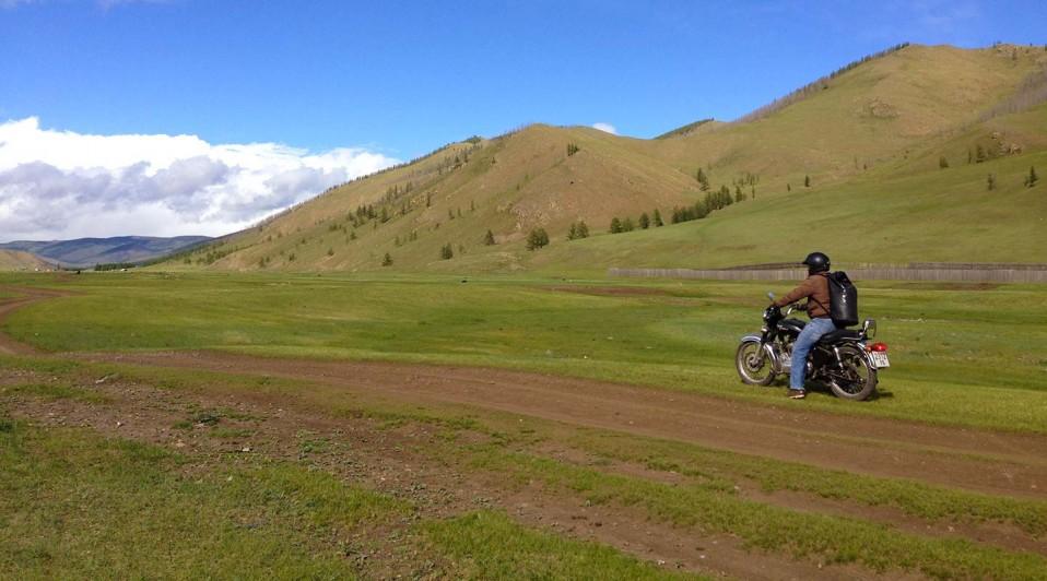 Alex, co-fondateur de Planet Ride, sur les piste mongoles en Royal Enfield