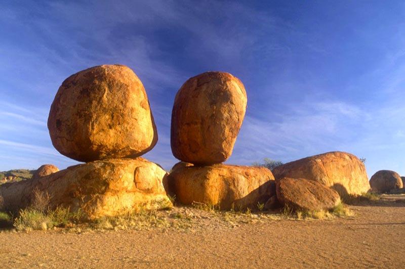 Marbles Devil dans l'outback australien, à découvrir en famille en camping-car avec Planet Ride et Fabrice