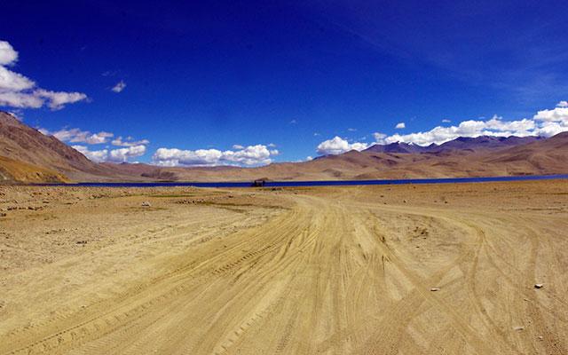 Sur la piste d'un lac du Ladakh dans l'Himalaya, lors de votre voyage en Inde à moto avec Planet Ride