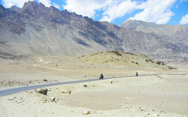 Au coeur des grands espaces en Himalaya, lors de votre voyage a moto au Ladakh avec Planet Ride