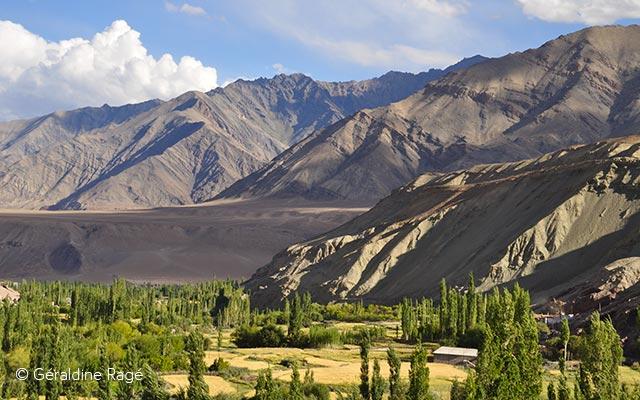 Paysage de la vallée de l'Indus dans l'Himalaya, lors de votre voyage en Inde à moto avec Planet Ride