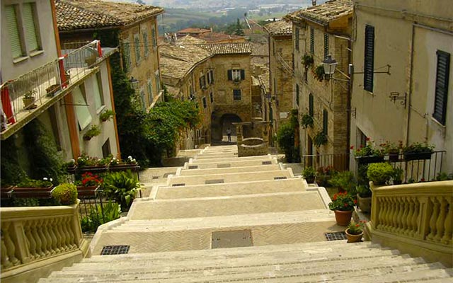 À Corinaldo, lors de votre voyage en Italie en Vespa avec Planet Ride et Roberta