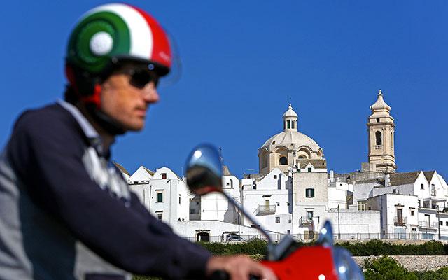 À Locorotondo, lors de votre voyage en Italie en Vespa avec Planet Ride et Roberta