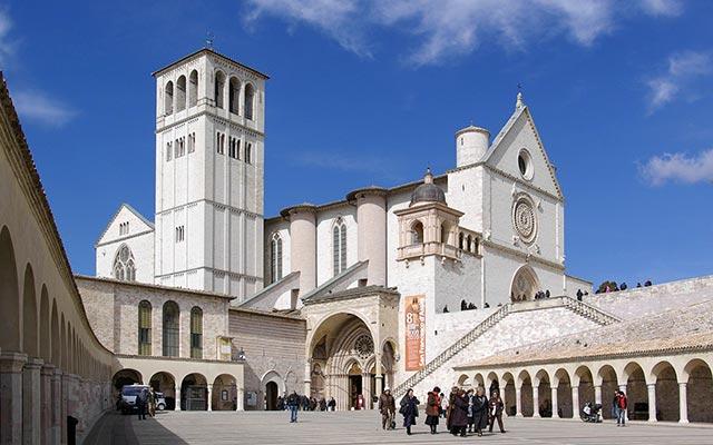 La basilique saint francois d'assise lors de votre voyage en vespa en Italie avec Planet Ride