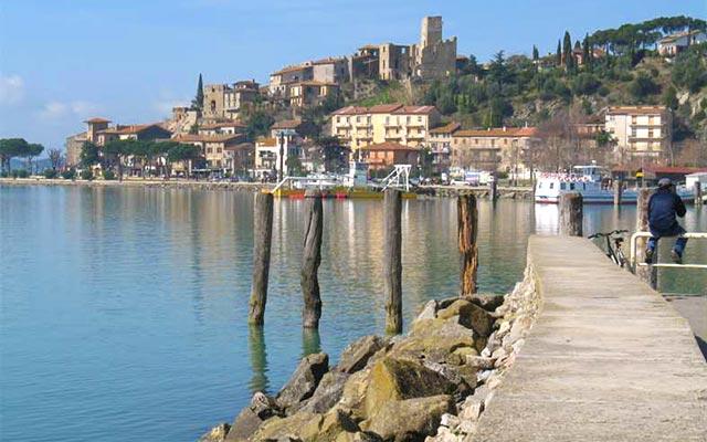 Au bord du Lac Trasimène, lors de votre voyage en Italie en Vespa avec Planet Ride et Roberta