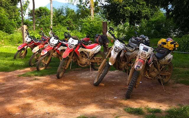 Les Honda CRF 250 L de Charly, lors de votre voyage à moto au Laos avec Planet Ride
