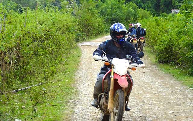 Sur les pistes de campagnes laotiennes, lors de votre voyage au Laos à moto avec Planet Ride et Charly