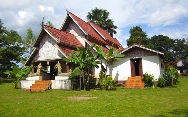 Maison traditionnelle laotienne, lors de votre voyage au Laos à moto avec Planet Ride et Charly