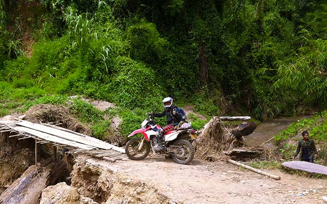 Pont de fortune, lors de votre voyage au Laos à moto avec Planet Ride et Charly