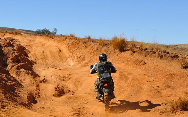 Sur une piste, lors de votre voyage à Madagascar à moto avec Planet Ride et Jean