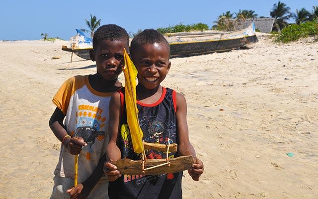 Enfants sur la plage, lors de votre voyage à Madagascar à moto avec Planet Ride et Jean