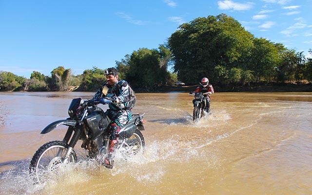 Traversée de guet, lors de votre voyage à Madagascar à moto avec Planet Ride et Jean