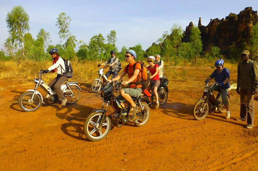 Balade dans le pays Sénoufo à mobylette, lors d'un voyage au Burkina Faso avec Guillaume et Planet Ride