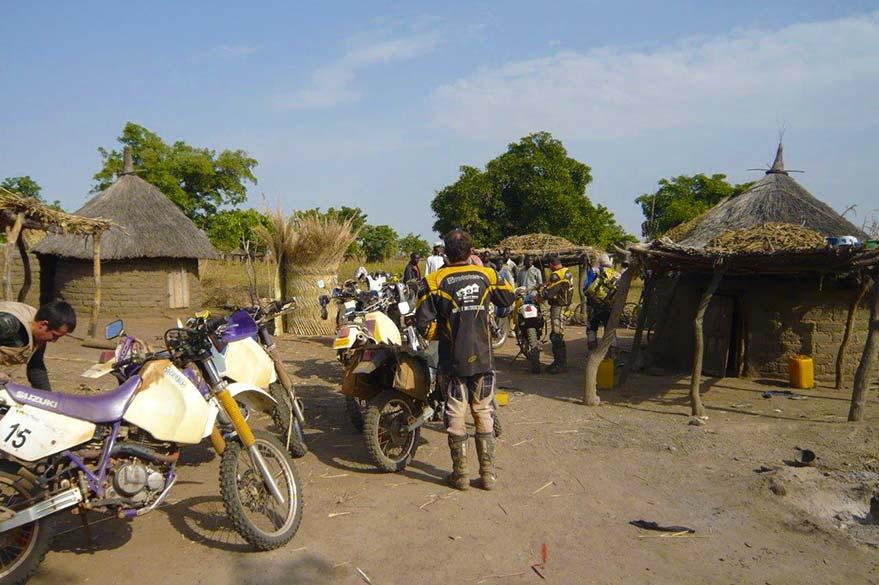 Étape dans un village, lors d'un raid moto au Burkina Faso avec Guillaume et Planet Ride
