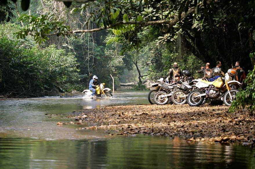 Traversée de rivière au Togo, lors d'un raid moto au Burkina et au Togo avec Guillaume et Planet Ride