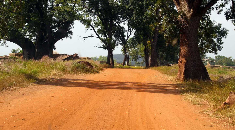 Route de terre au Burkina Faso, lors de votre voyage à moto ou mobylette avec Guillaume et Planet Ride