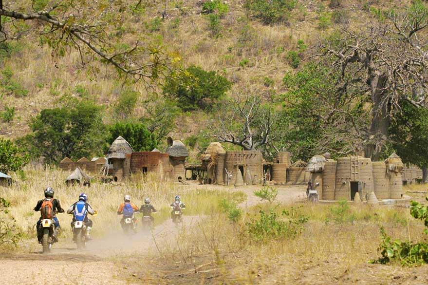 À moto au Burkina, en suivant les pistes de village en village