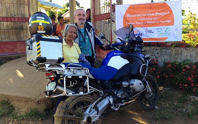 Don de materiel aux populations, lors de votre voyage aux Philipines à moto avec Planet Ride et Philippe