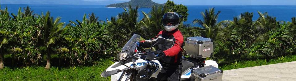 Sur une route côtière de l'archipel, lors de votre voyage aux Philippines à moto avec Planet Ride et Philippe
