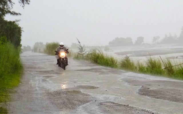 Sur la route pendant la saison des pluies, lors de votre voyage aux Philippines à moto avec Planet Ride et Philippe