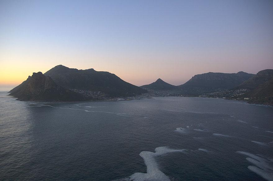 Vue sur la baie de Hout depuis la Chapman's Peak Drive, qui entoure le Pic de Chapman au Sud Ouest de Cape Town