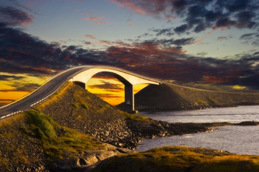Pont courbé entre deux îlots sur l'Atlantic Road en Norvège.