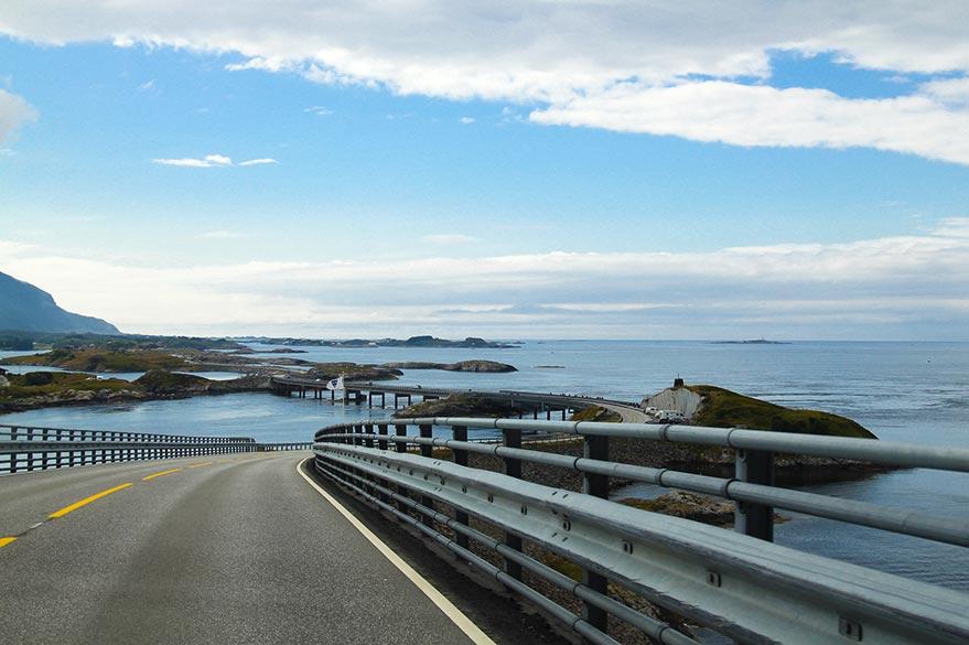 Vue en conduisant sur l'Atlantic Road en Norvège.