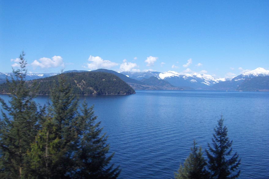 Vue sur Howe Sound depuis la Sea-to-Sky Highway.