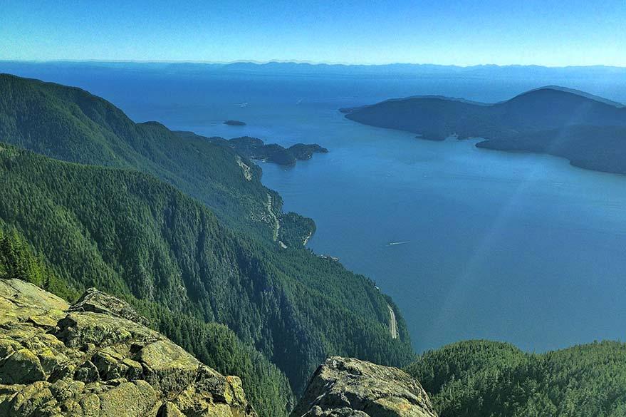 Vue depuis les hauteurs sur la Sea-to-Sky qui longe Howe Sound